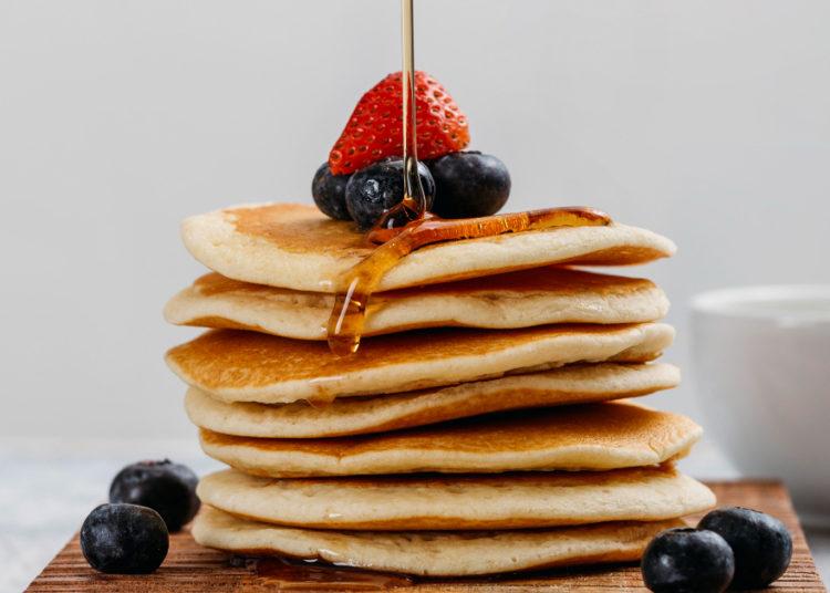 Pancakes con sirope y frutas
