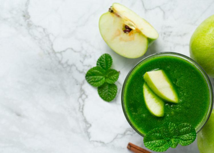 Batido con manzana y hojas verdes