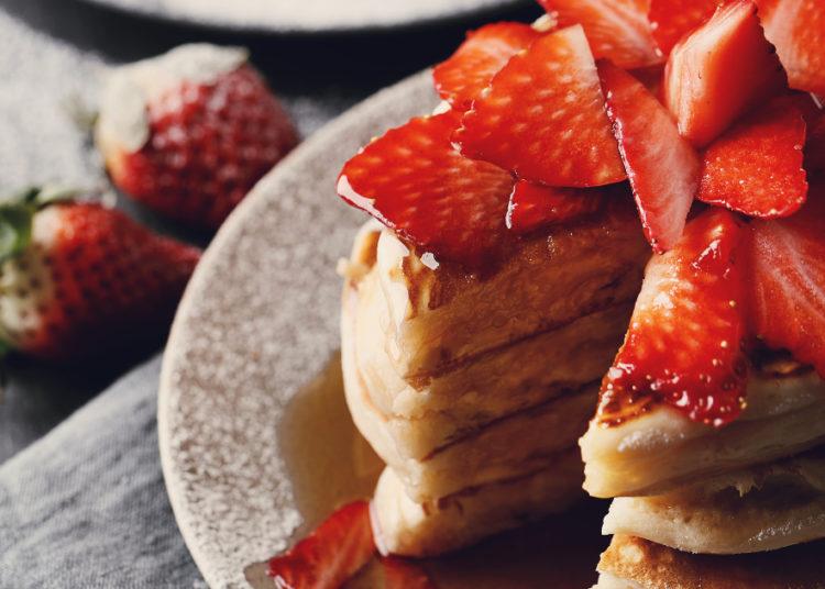 Pancakes gruesos con fresas y maple
