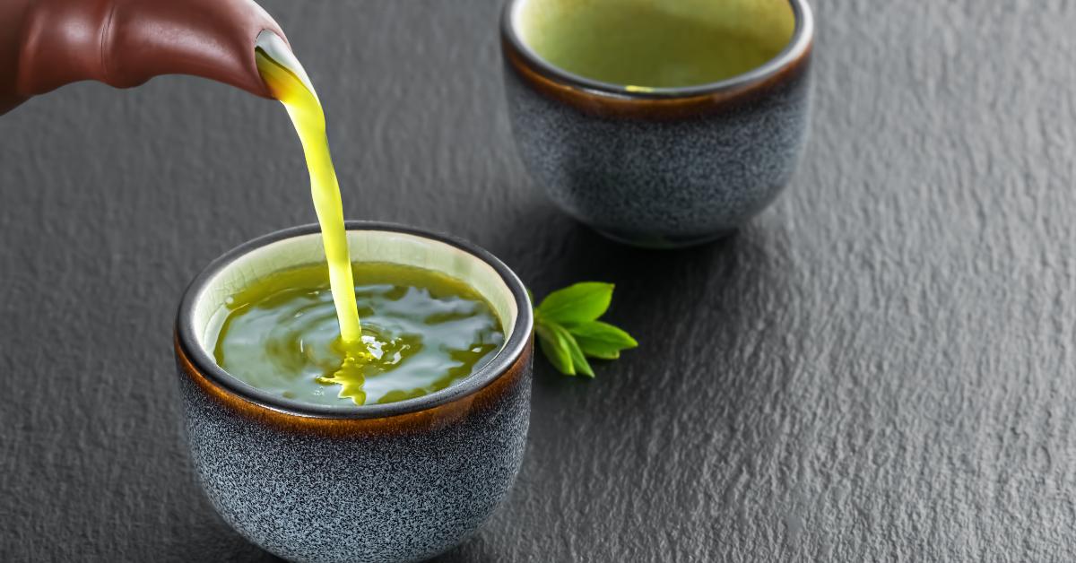Té verde con limón y jengibre para tomar antes de comer