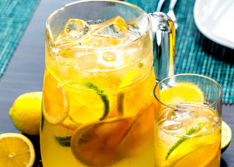 Jarra decorada con rodajas de limón