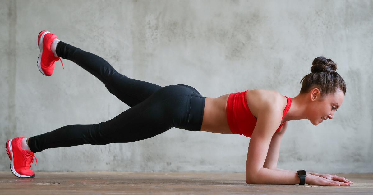 Ejercicios de plancha para aplanar el abdomen y entrenar brazos, piernas y core