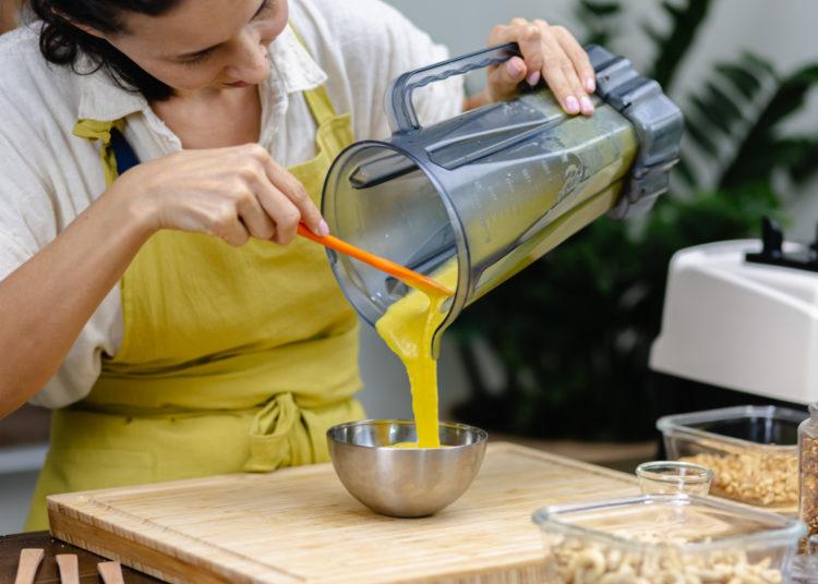 Preparación del flan de café con leche condensada