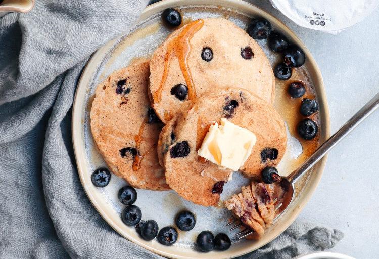 Panqueques dietéticos con yogur y arándanos