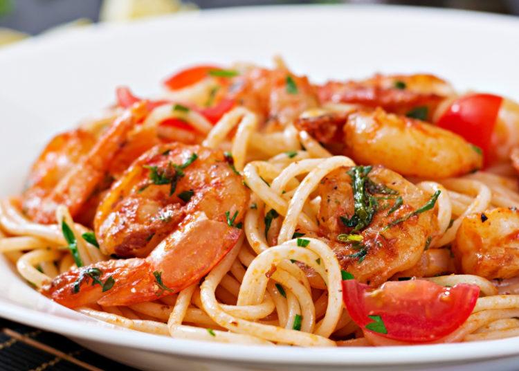 Espaguetis con mariscos, salsa de tomate y cilantro