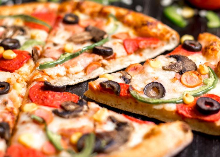 Pizza casera de queso, champiñones y salchichas