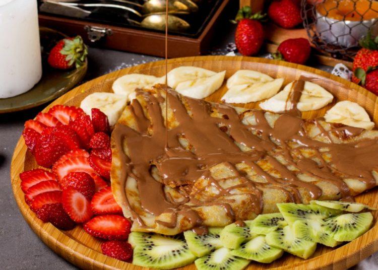 Con frutas cítricas picadas y sirope de chocolate