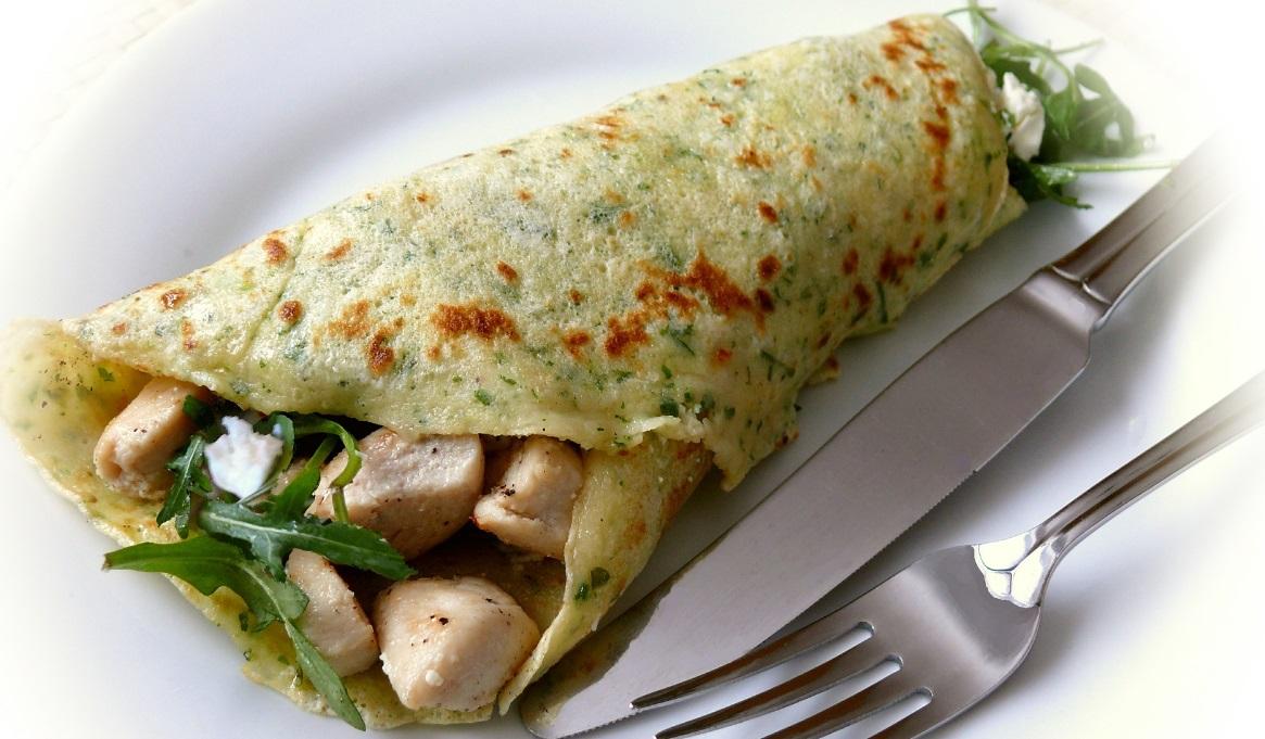 Receta de crepes saladas con pollo, salsa y verduras