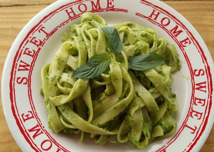 Tallarines verdes en salsa al pesto