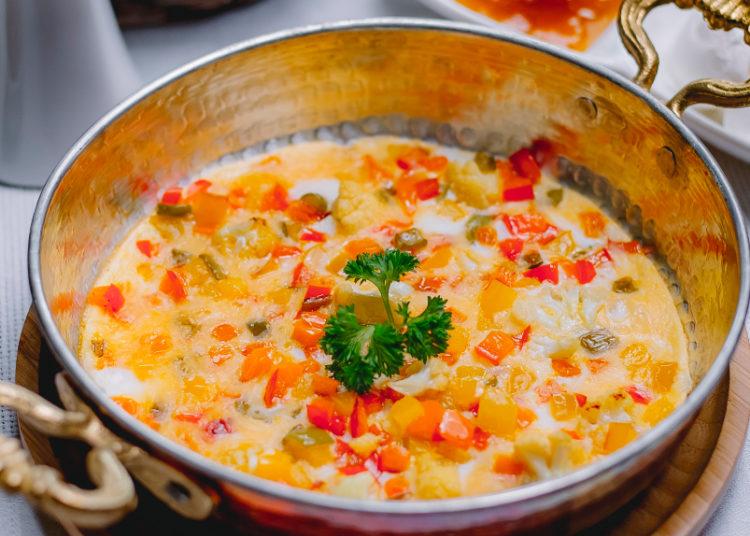 Tortilla de huevo y verduras durante la cocción