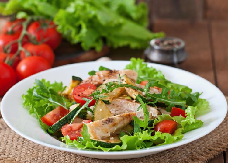 Ensalada con lechuga, calabacín, pollo, tomate, sal y pimienta