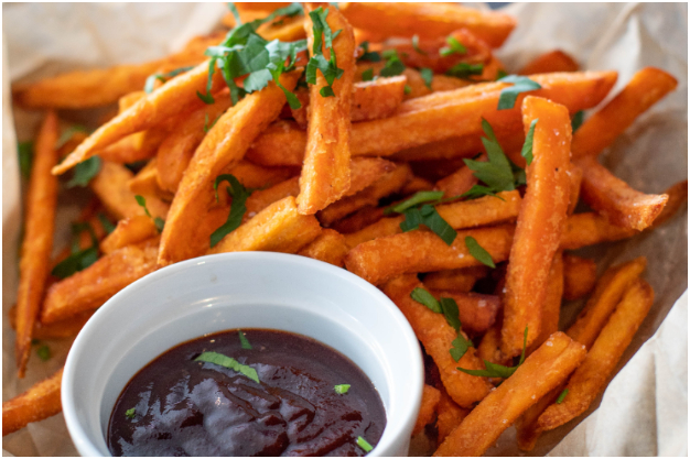Prueba las tiras o bastones de batata: la receta que le hace competencia a las papas fritas