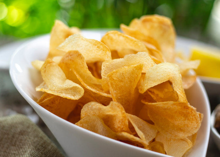 Chips de papas en microondas para picar con amigos en casa