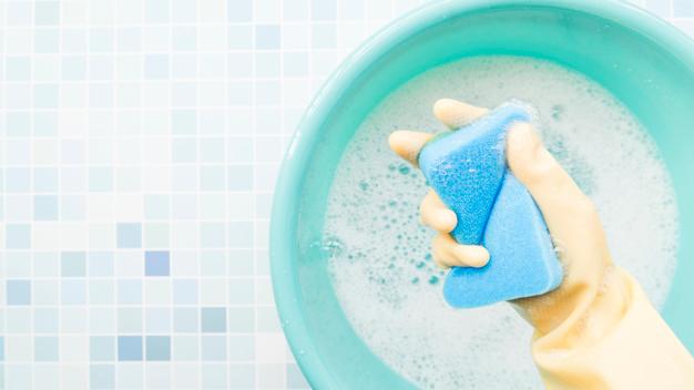 Métodos para limpiar con sal en diferentes superficies de la casa y quitar la humedad de la ropa