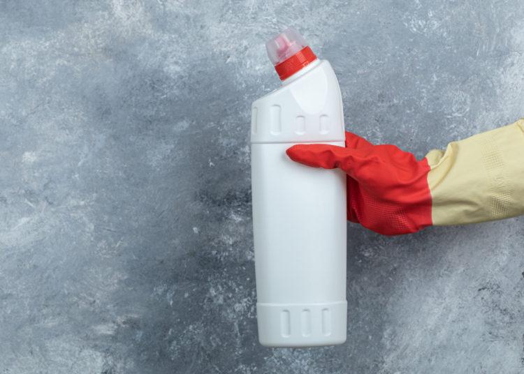 Mezcla de bórax en polvo y vinagre blanco para limpiar el inodoro