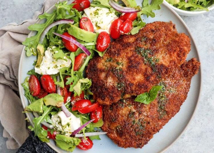Milanesa de pollo con ensalada para almorzar