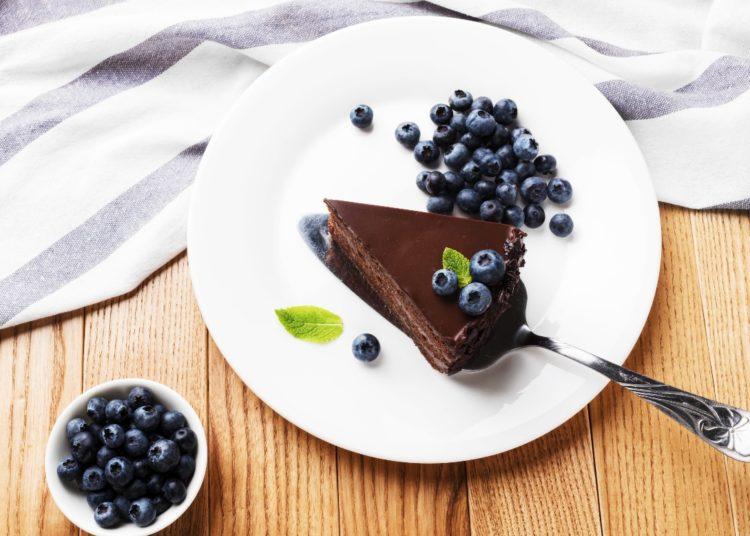 Decora la tarta con frutas cítricas como trozos de fresas o arándanos