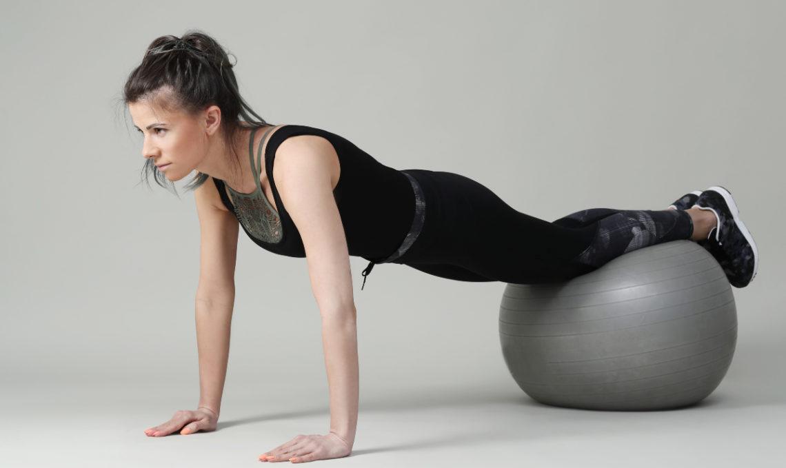 Realiza el ejercicio con pelota de pilates para probar otras variaciones