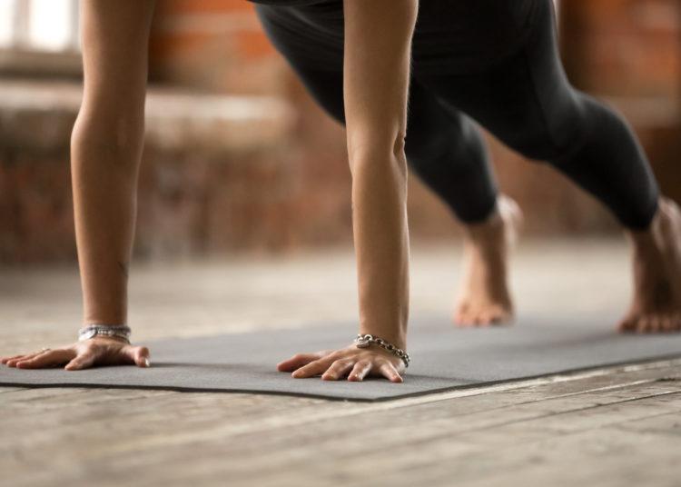Esta es la postura correcta de 'la tabla': estira bien las manos y las rodillas