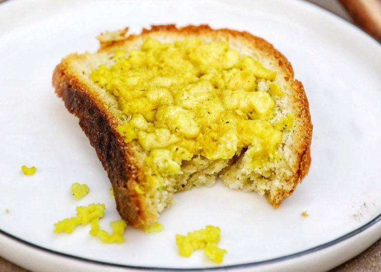 Tostada con queso mozzarella vegano