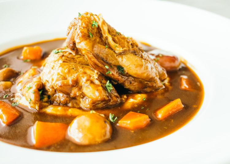 Pollo en salsa de vino con papas y zanahorias