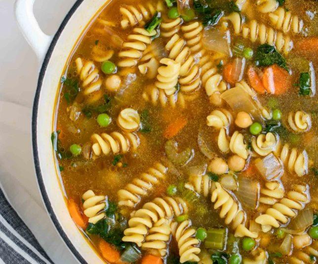 Así se ve una sopa de verduras con fideos durante la cocción