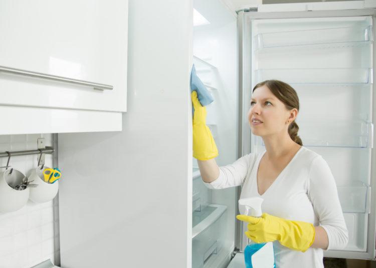 Desinfectar la nevera con bicarbonato de sodio
