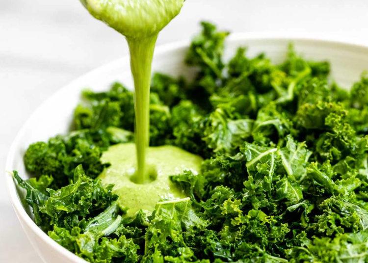 Cómo hacer una ensalada de aguacate saludable con kale
