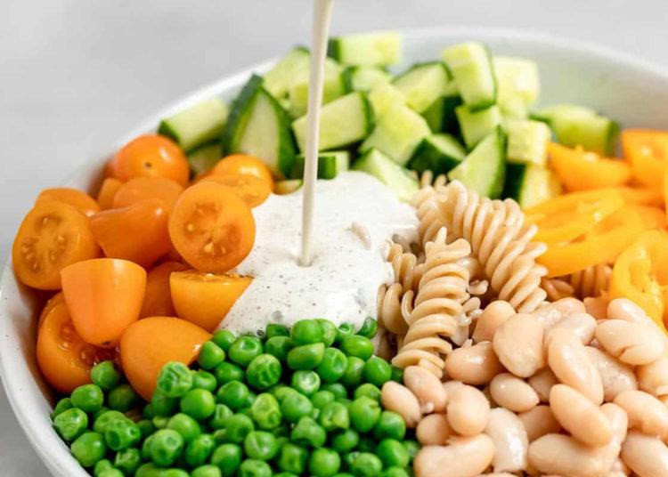 Ensalada de pasta con frijoles blancos, tomates, pepino y salsa blanca: es fácil y saciante