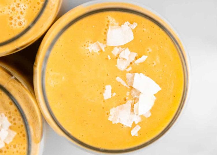 Esta receta es tan cremosa que puedes tomarla en presentación de batido o convertirla en un tazón con frutas