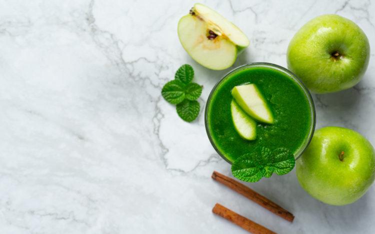 Manzana verde y espinacas