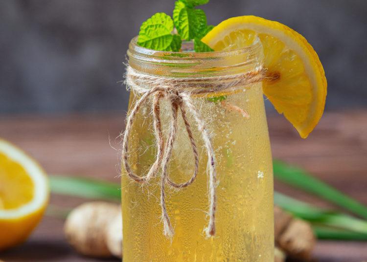 Limonada de jengibre: una bebida con vitamina C que cuida tus defensas y puedes tomar fría o tibia