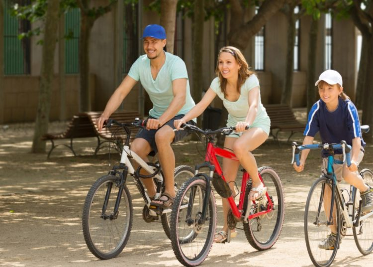 Manejar bicicleta en familia fomenta la unión y la armonía