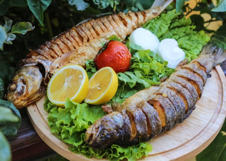 Pescado frito con harina: destaca su sabor a un nivel superior y acompaña con tostones o ensalada