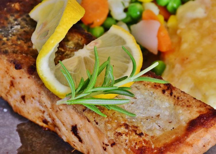 Salmón a la mantequilla: cocínalo al punto para almorzar sabroso y diferente