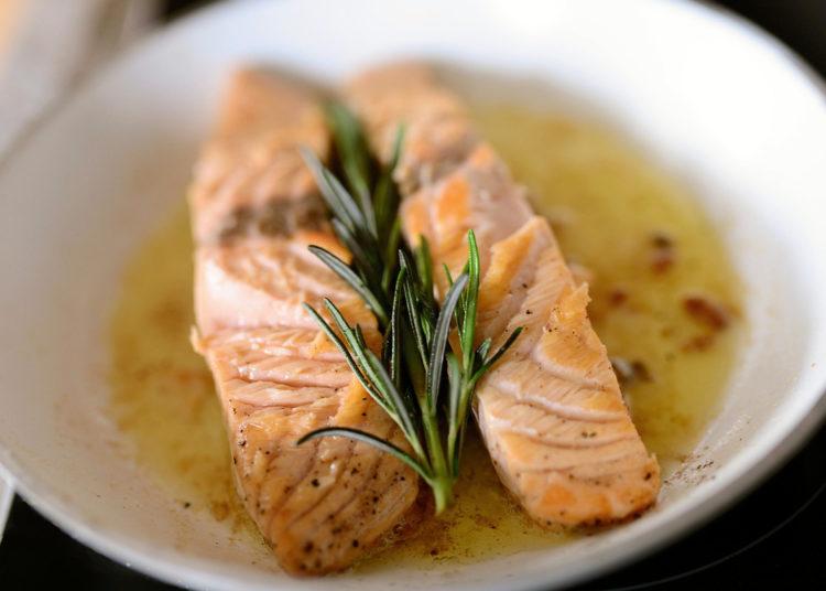 Decora el pescado con romero, cilantro, perejil o rodajas de limón