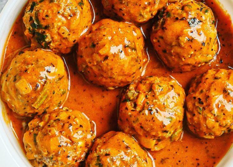 Al momento de formar las bolas de carne coloca hojas de espinacas en la mezcla