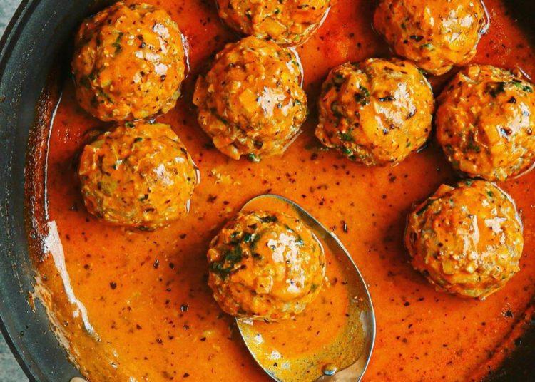 Preparación de las albóndigas de carne con salsa de pimiento rojo