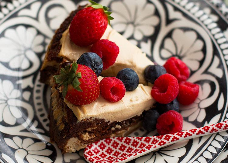 Decora el pastel con frutos rojos y frosting