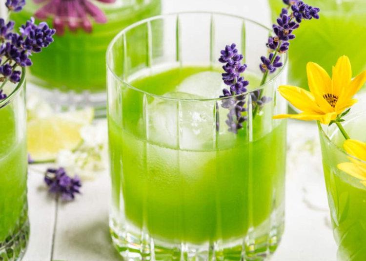 Decora esta bebida con rebanadas de limón y hojas de menta fresca