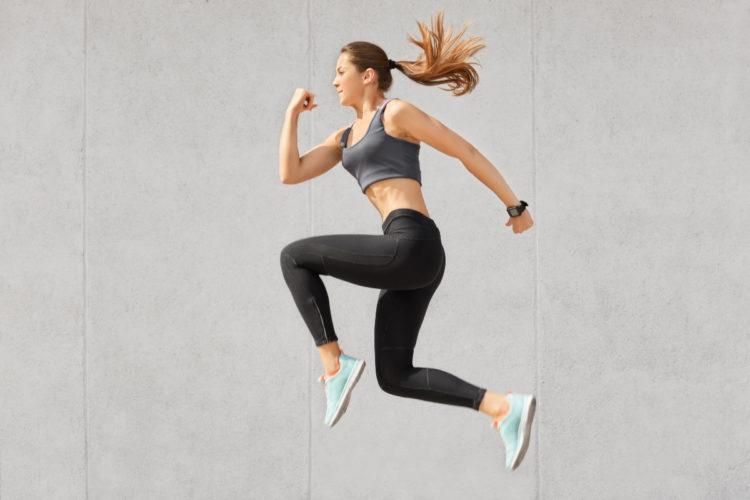 Usa calzado y ropa cómoda cuando hagas ejercicios para glúteos