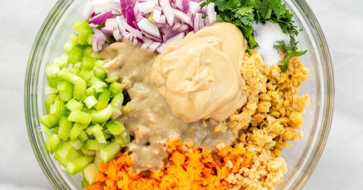 Ingredientes de la ensalada con su respectivo aderezo