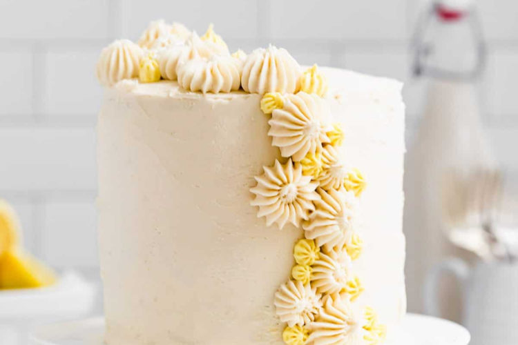 Torta decorada con crema de mantequilla con limón