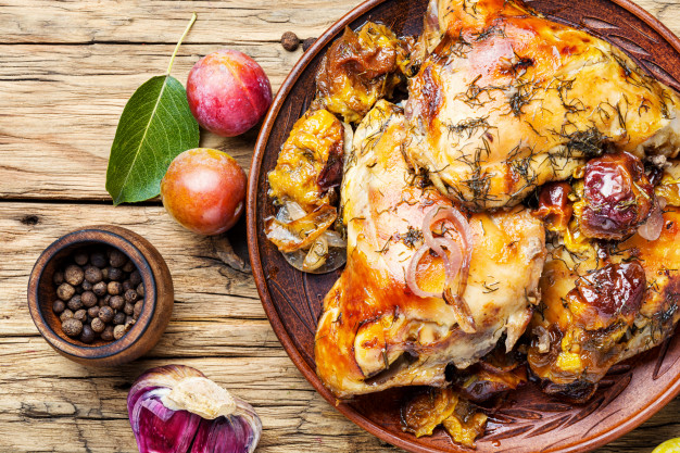 Pollo relleno con tocino, queso y salsa: sirve con ensalada, pan o arroz