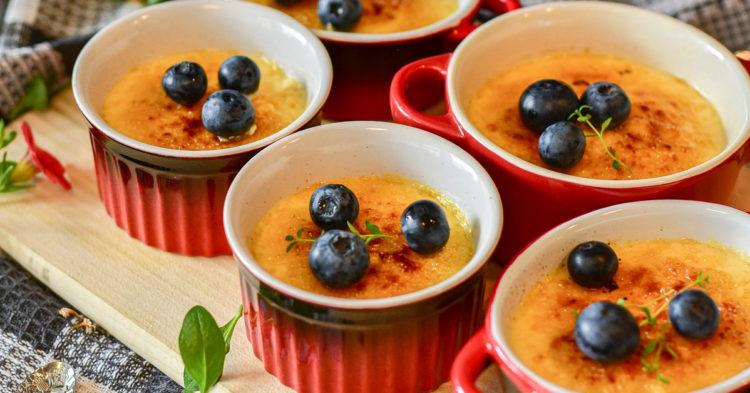 Decora el postre de maicena con canela, frutas o leche condensada