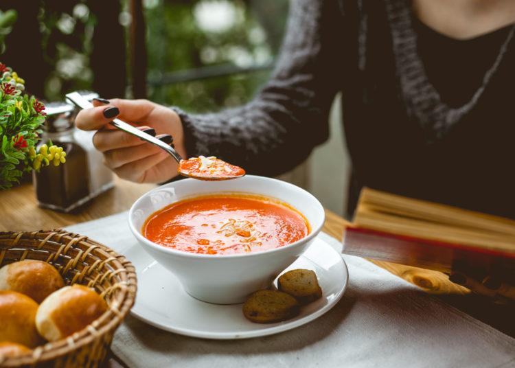 Prepara sopa de tomate más seguido para cuidar tu corazón
