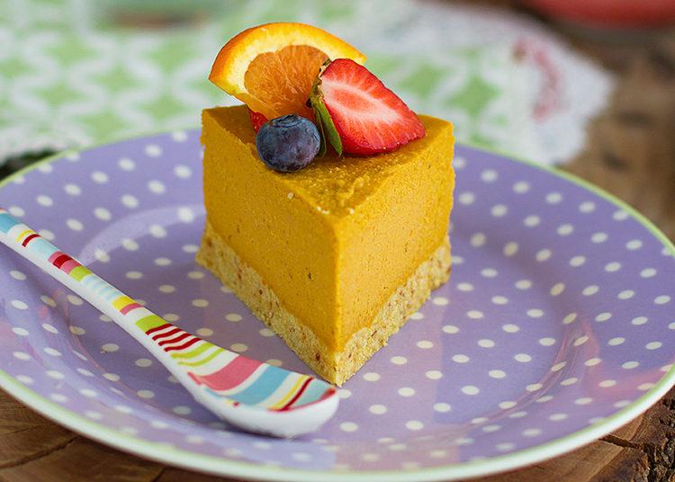Trozo de pastel de frutas decorado con fresa y arándanos