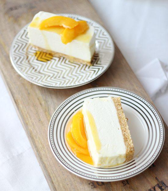 Decora el pastel frío con sirope y trozos de fruta favorita