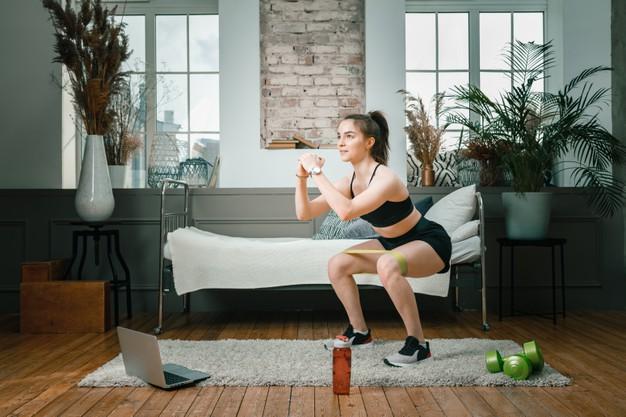 3 ejercicios sencillos para adelgazar y tonificar las piernas desde casa
