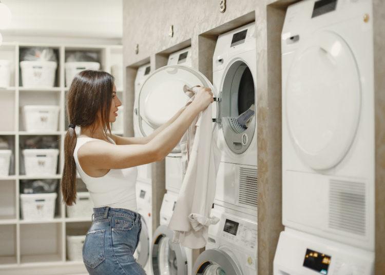 Al lavar la ropa evita que la prendas queden con pelusa y manchas: aplica estos trucos